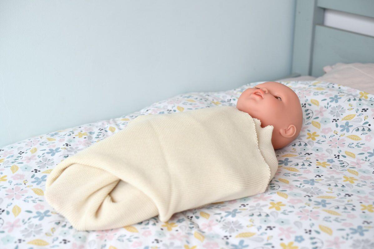 Emmailloter son bébé dans une couverture en laine mérinos